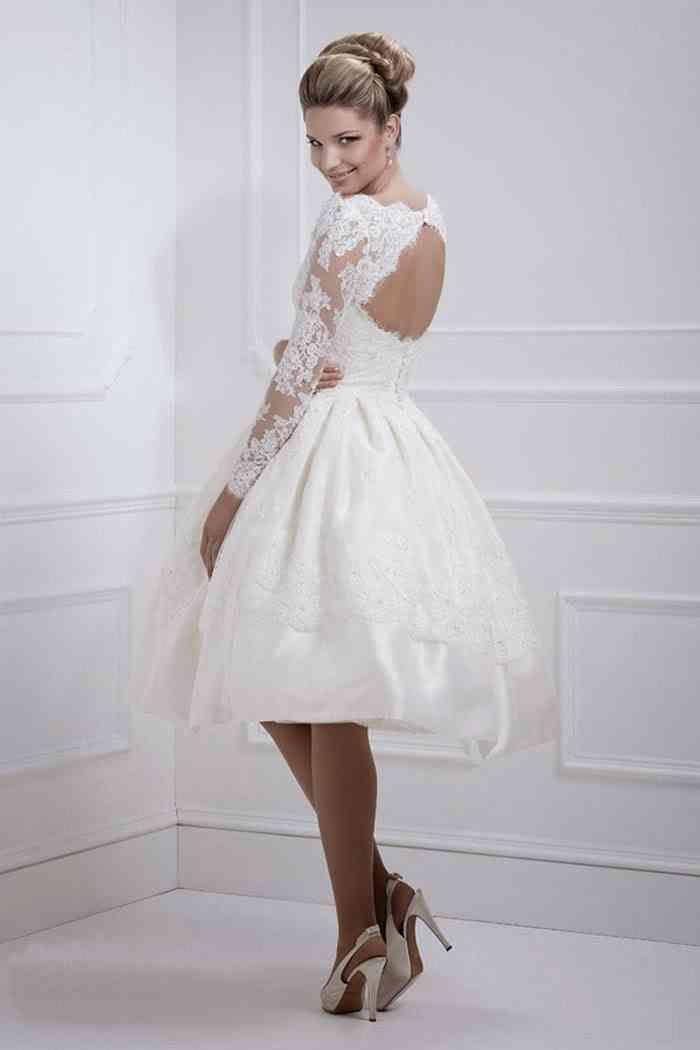 Kurzes Brautkleid mit Ärmeln