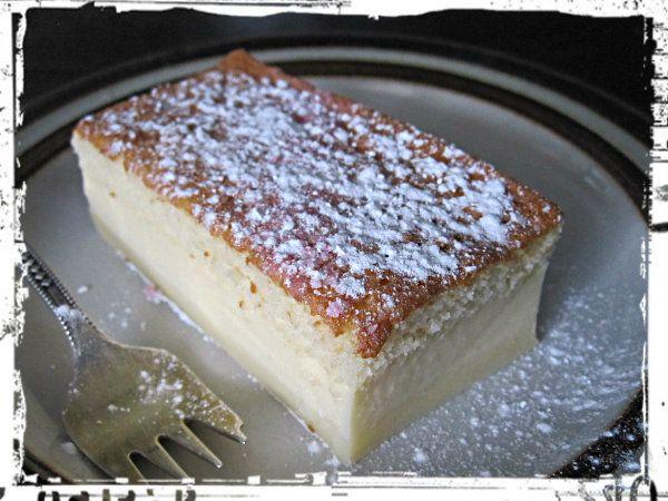 Tämä kakku on taikaa, koska uunin menee yksi kakkutaikina mutta uunista tullessaan on kakussa kolme erillistä kerrosta