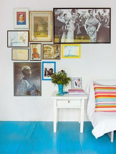 Flex Inredning: Blått golv och personlig tavelvägg