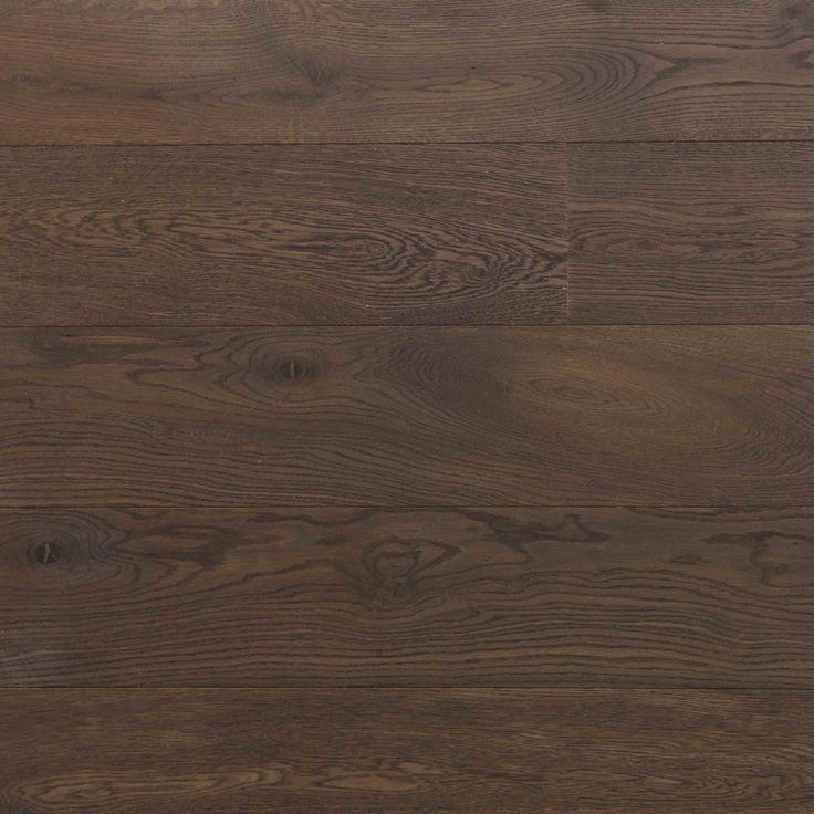 Skovin Royalt eikeparkett er en flott sortoljet tregulv som leveres i både faste og fallende lengder og bredder fra 65mm - 385mm.
