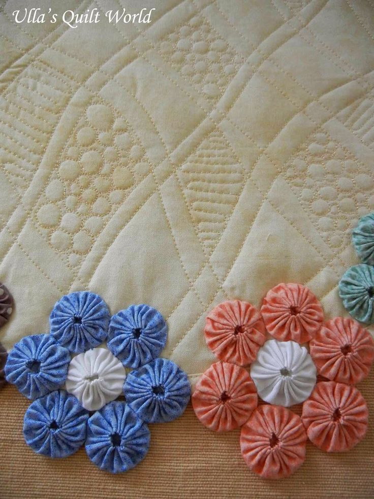 "I have cut out the fabric circles (6,5 cm or 2,5""). I have not used Clover YoYo Maker.     Free motion quilting. I haven't use any pattern ..."