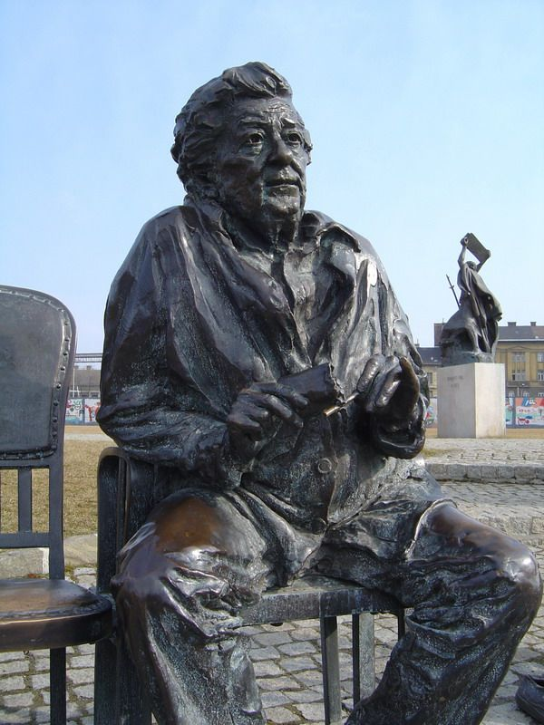 Gobbi Hilda szobra a Nemzeti Színház mellett Budapesten (H-1095 Budapest, Bajor Gizi park 1.), Párkányi Raab Péter szobrászművész alkotása