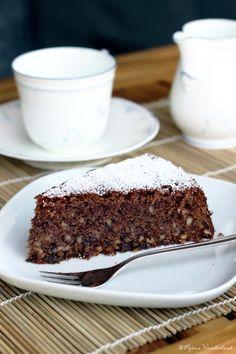 Schokoladen-Rotweinkuchen  • • • saftig   hält sich bis zu einer Woche   schokoladig und knusprig • • • Zubereitungszeit: 30 min – Backzeit: 1 h  einfach    Zutaten (für eine 26cm Springform)  150g Mehl 200g weiche Butter 200g Zucker (Original: 250g) 4 Eier 125ml Rotwein 3 gehäufte EL Kakaopulver 150g gehackte Schokolade (zartbitter) 150g gehackte Mandeln 1 Pck Vanillezucker 1 Pck Backpulver Optional: Puderzucker Zubereitung  Backofen auf 175° C Ober-/Unterhitze vorheizen. Weiche Butter, ...
