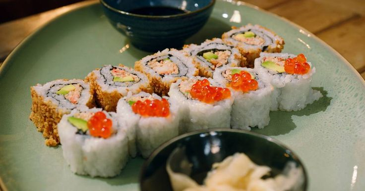 Traditionele Japanse chefs draaien zich waarschijnlijk om in hun graf als ze deze California rolls zien, maar de meisjes van plezier uit het bordeel in Nevada waar ik op bezoek ging voor Goed volk vonden ze fantastisch. Bij deze typisch Amerikaanse sushi zit de rijst aan de buitenkant. Vanbinnen zit krab met cocktailsaus. Het is een beetje de pizza Hawaï onder de sushi, maar geweldig lekker …