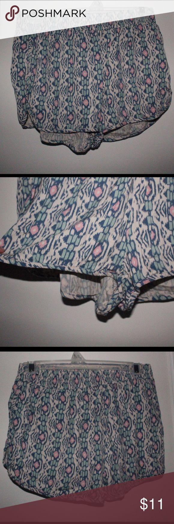 Hollister Pastel Aztec Print Shorts Size Small Flowy shorts, size small, Aztec print pastel shorts, hollister Hollister Shorts
