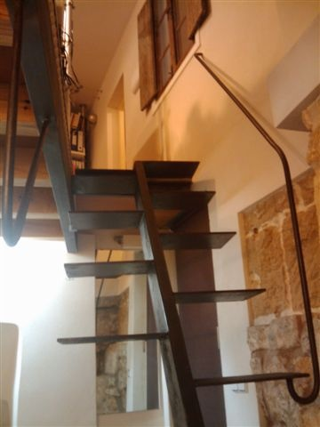 In the historic center of Palma. Access is through two doors through two windows + Patio Gothic lighting and ventilation that give this same courtyard. The other unit has two windows (one kitchen and one in loft) to an inner courtyard. With 100 m2 comprises entrance hall further four units (one with fitted kitchen and loft bed), two wc (with shower), and a warehouse. In total about 90 m2. The finishes are of quality and cutting-edge