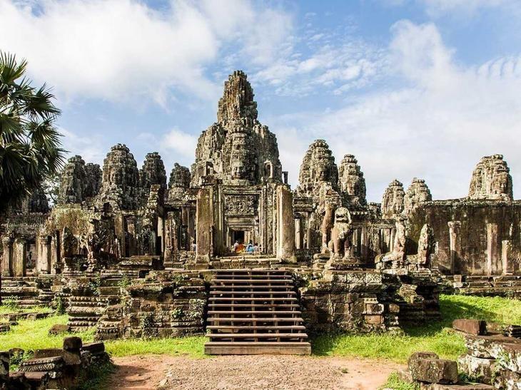 Ангкор в Сиемреапе, Камбоджа, занимает больше территории, чем все пять районов Нью-Йорка (более 600 квадратных километров). В 9-15-м веках здесь находились многочисленные столицы Кхмерской империи. Храм 12-го века Ангкор-Ват — один из самых почитаемых в Камбодже. Он даже присутствует на флаге страны.