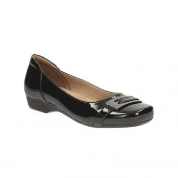 In glossy black patent, this classic women's pump has been given a modern twist with metallic hardwear detailing on the toe. A 2.5cm heel adds a subtle lift while Cushion Soft technology underfoot provides around the clock comfort. http://www.marshallshoes.co.uk/womens-c2/clarks-womens-blanche-west-black-patent-casual-shoes-p4573