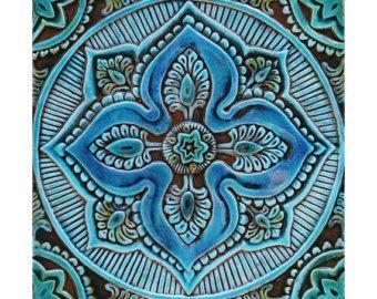 Marokkaanse barrière kunst gemaakt van keramiek.  Deze Marokkaanse opknoping van de muur werd gesneden in diep reliëf en geen twee stukken zijn precies gelijk maken elkaar echt uniek. Onze keramische wand art is handgemaakt en met de hand geschilderd met behulp van de hoogste kwaliteit aardewerk, het is vorst bestendig en geschikt voor interieurs en exterieurs.  Deze handgemaakte tegel heeft een verzonken gat in de rug voor veilige opknoping en kan worden gebruikt als muur decor.  Deze muur…