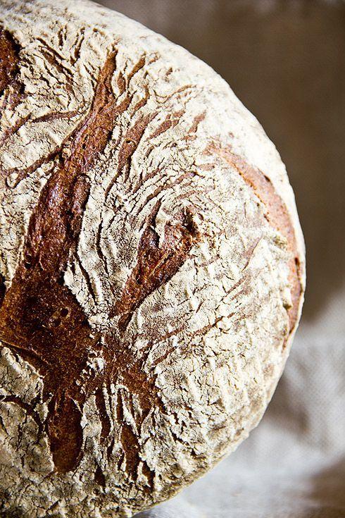 Ein letztes Rezept aus der Reihe der Weinheimer Bäckerbrote. Die Akademiekruste ist ein sehr saftiges Mischbrot, dessen Zutaten und Zubereitung ich (wie auch bei den anderen Rezepten) variiert habe. Ohne viele Worte: Lohnenswert! Die Vorteigzutaten von Hand verkneten und ca. 72 Stunden im Kühlschrank bei 4-6°C reifen lassen. Die Sauerteigzutaten vermengen und 18 Stunden fallend von 28°C auf Weiterlesen...