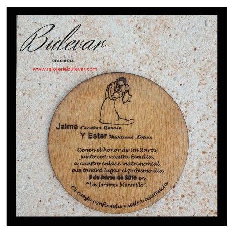 PVP: 5 € (Descuentos por cantidad) Invitación personalizada de madera redonda, grabada, contorneada y barnizada.