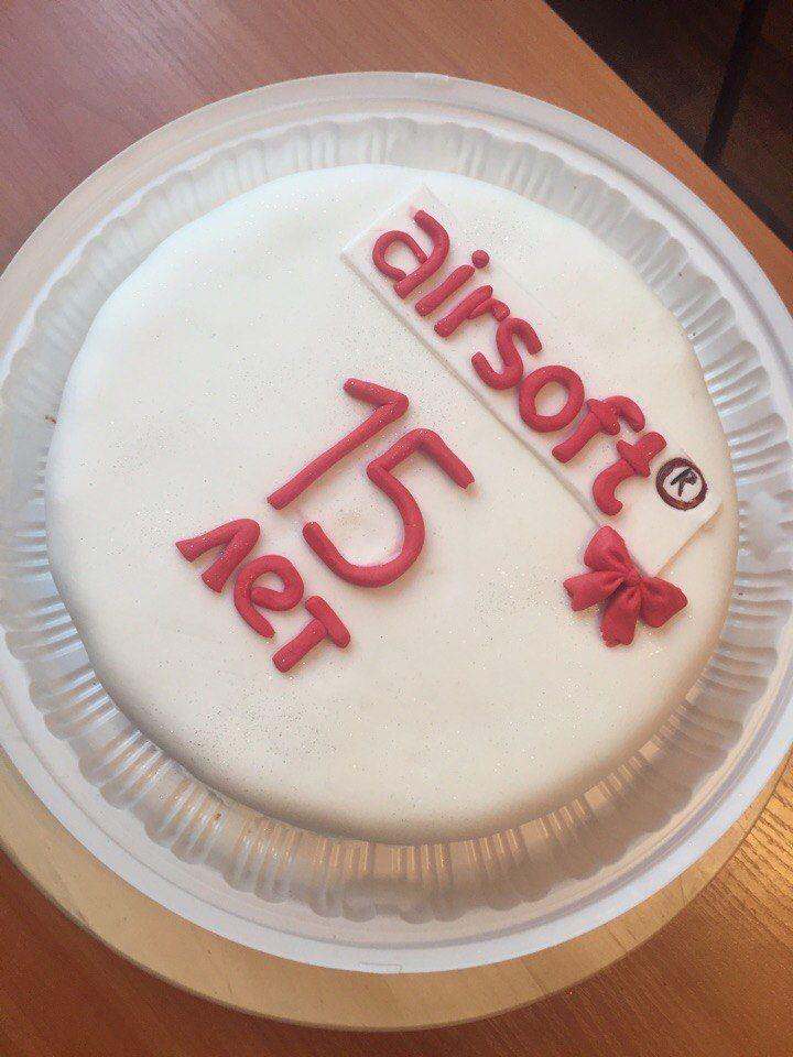 """У нашего корпоративного клиента сегодня ДЕНЬ РОЖДЕНИЕ! Торт в честь компании """"АИРСОФТ""""! Шоколадный бисквит с орешками и цукатами был съеден за 12 минут! Вот это скорость !"""
