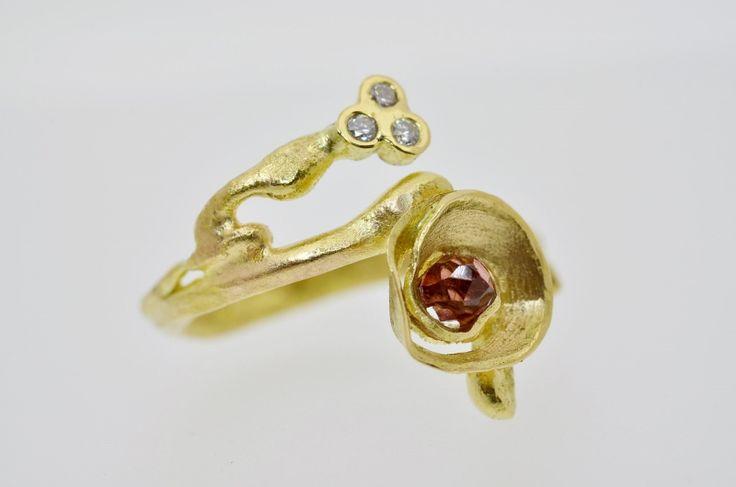 unieke geel gouden ring met granaat en 3 briljantjes..