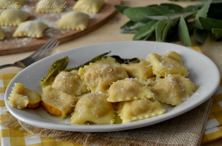 Ravioli di zucca e  gorgonzola alla salvia  http://blog.giallozafferano.it/dolcesalatomiky/2016/10/23/ravioli-di-zucca-e-gorgonzola/