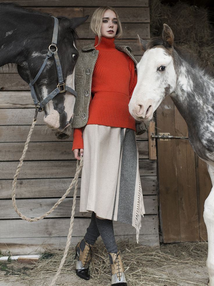 Шерстяной свитер Dior, пиджак изшерсти сдобавлением люрекса Simon Rosha, юбка Max Mara Weekend, кожаные туфли Dior