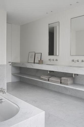 Salle de bain blanche et austère, en marbre. #white #bathroom #marble