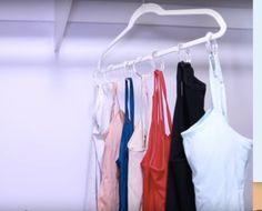 Prenda aros de cortina de chuveiro em um cabide para economizar espaço no guarda-roupa.