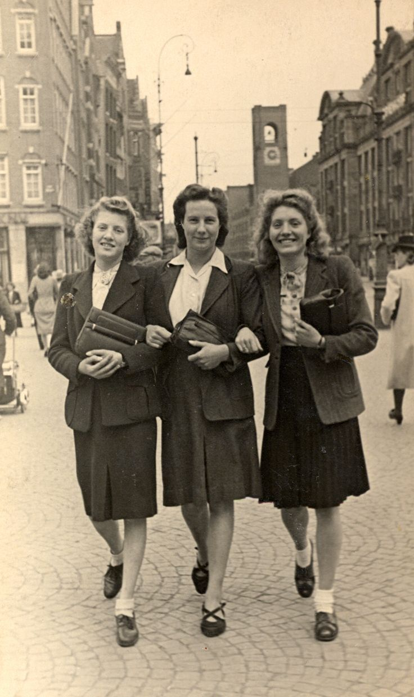 Tante Corry (1921-1945) met vriendinnen in Amsterdam