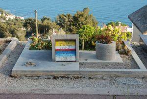 Le Corbusier Este grande de la arquitectura falleció el 27 de Agosto de 1965, tenia 78 años, días antes su doctor le había recomendado no nadar pues su corazón se encontraba delicado, sin embargo se fue a nadar al mar de Cap Martin, se rescató su cuerpo en la playa, murió a causa de una crisis cardíaca.Sus restos se encuentran en el cementerio de Roquebrone en Cap Martin, Francia. Su tumba es un fiel reflejo de sus ideas. Son 2 volúmenes y una de las planchas fue hecha por él, pues años…