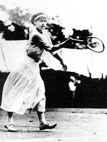 May Sutton   May Sutton vann 1905 och 1907 dam singeln. 1905 över 1907 över Dorothea Lambert Chambers (Douglass) 1905 med 6-3, 6-4. 1907 med 6-1, 6-4.