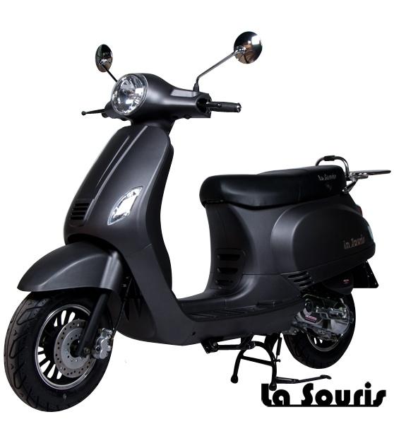 De Vespelini Scooter Mat Zwart is voorzien van een halogeen koplamp, geïntegreerde knipperlichten en Led Remlicht. Dit model lijkt veel op de Vespa LX. De scooter wordt geleverd met een gratis chromen bagagerek, t.w.v. € 60,00.