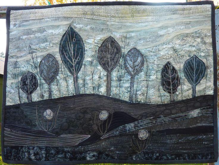 Ve stínu stromů Nástěnný látkový obraz na stěnu, zhotovený patchworkouvou metodou art quilting. Základ je bavlna a potom je povrch různě upravena a prošit. Je vypodšívkovaný a vyplněný pevnějším zažehlovacím vatelínem aby dobře držel tvar. Na zadní straně jsou poutka na provlečení tyčky. Rozměr šířka 70 x výška 52 cm.