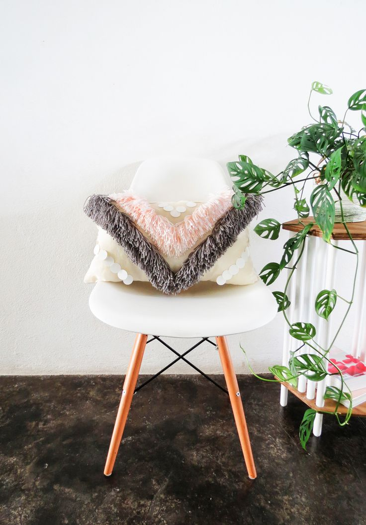 Looking to transform your décor with a new pillow? Learn how to make this fun and simple fringed pillow tutorial from @SugarAndCloth.#fringedpillow #diy #pillows