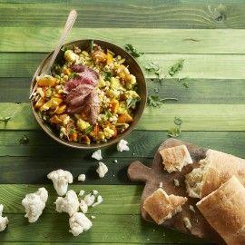 Salade van geroosterde bloemkool en pompoen met parelgort en biefstuk