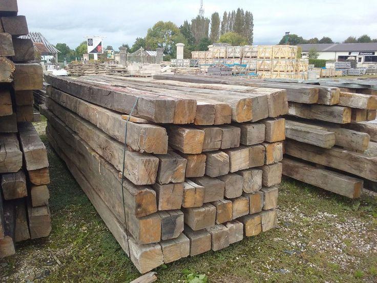 Lot de poutres vieux bois en chêne de récupération. Très bonne qualité. Dimensions des poutres selon les arrivages. Stock important disponible !