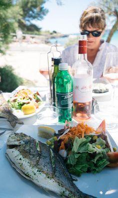 Frisch gegrillte Dorade im Beachrestaurant s'Arenal in Portocolom auf Mallorca