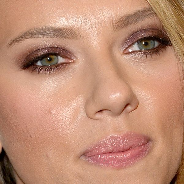 Scarlett Johansson makeup Under the Skin premiere Toronto 2013 2 Scarlett Johansson colour coordinated her purple eyeshadow with her dress. ...