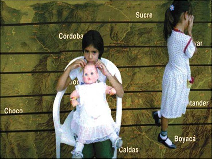 La situación de desplazamiento forzado, como consecuencia del conflicto armado en Colombia, es una de las dos crisis humanitarias más graves del planeta. En el último lustro, investigadores del Instituto Pensar de la Pontificia Universidad Javeriana han analizado los efectos de ese drama en mujeres desplazadas y luego en niños y sus familias, así como los traumas y rupturas que sufren y la forma como reconfiguran sus proyectos de vida en sus nuevos espacios.
