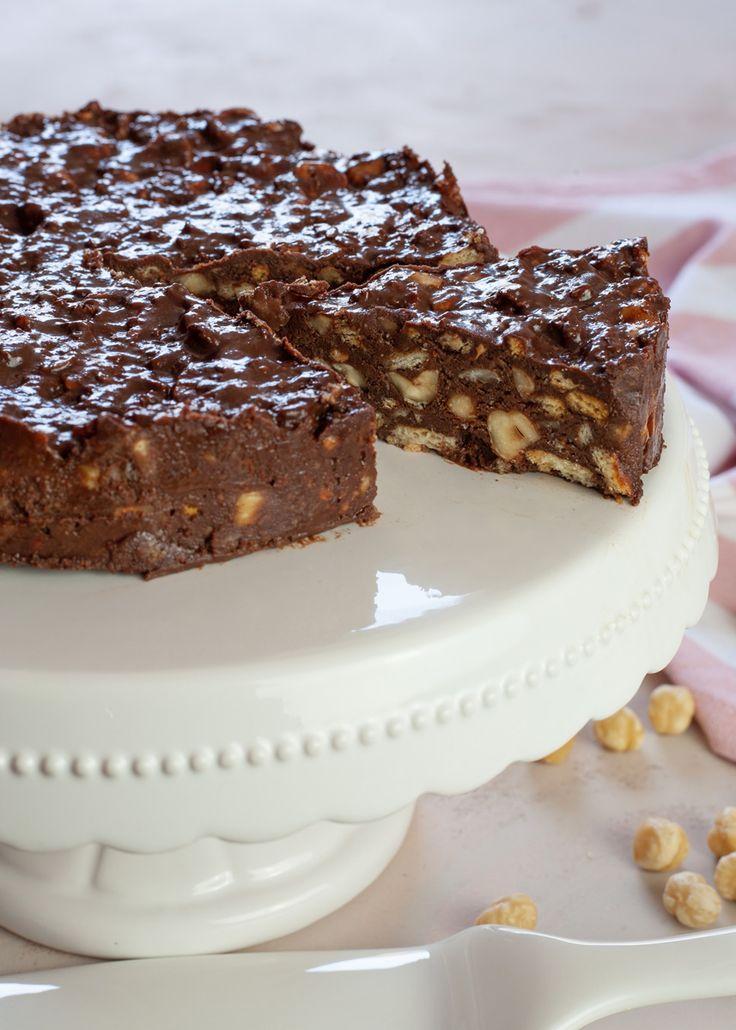 Torta di biscotti con cioccolato e nocciole, ricetta veloce e senza cottura