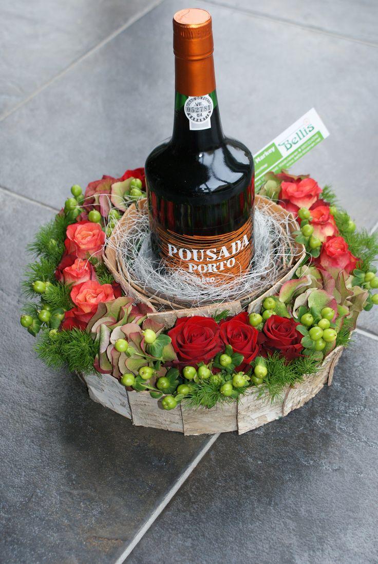 Portofles verwerkt in bloemstuk.