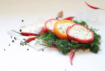Болгарский перец с сыром.Варим 2 яйца вкрутую, остужаем их проточной холодной водой, и очищаем от скорлупы. Берем плавленые сырки и натираем их