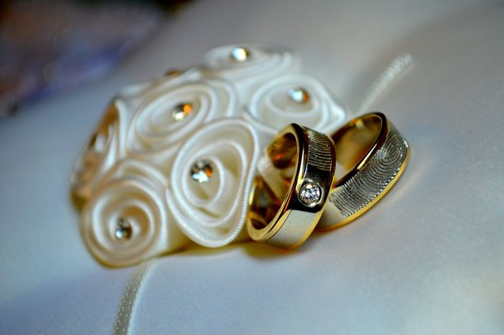 The details of the embroidery enhances the brilliance of these two tone #rings with diamonds and #fingerprints.