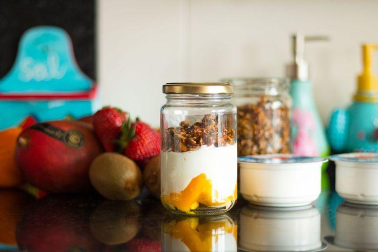 Healthy recipes... Greec yogurt, fruit and pelo granola!   Pedaços de Nós