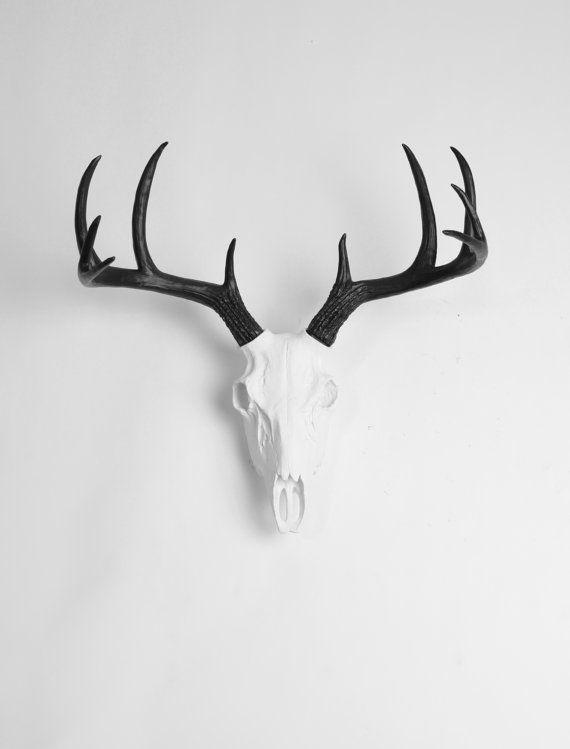 Le crâne de cerf, nos bois de w/black crâne de cerf blanc résine, est personnalisé peint en blanc avec des bois noirs et peut correspondre à