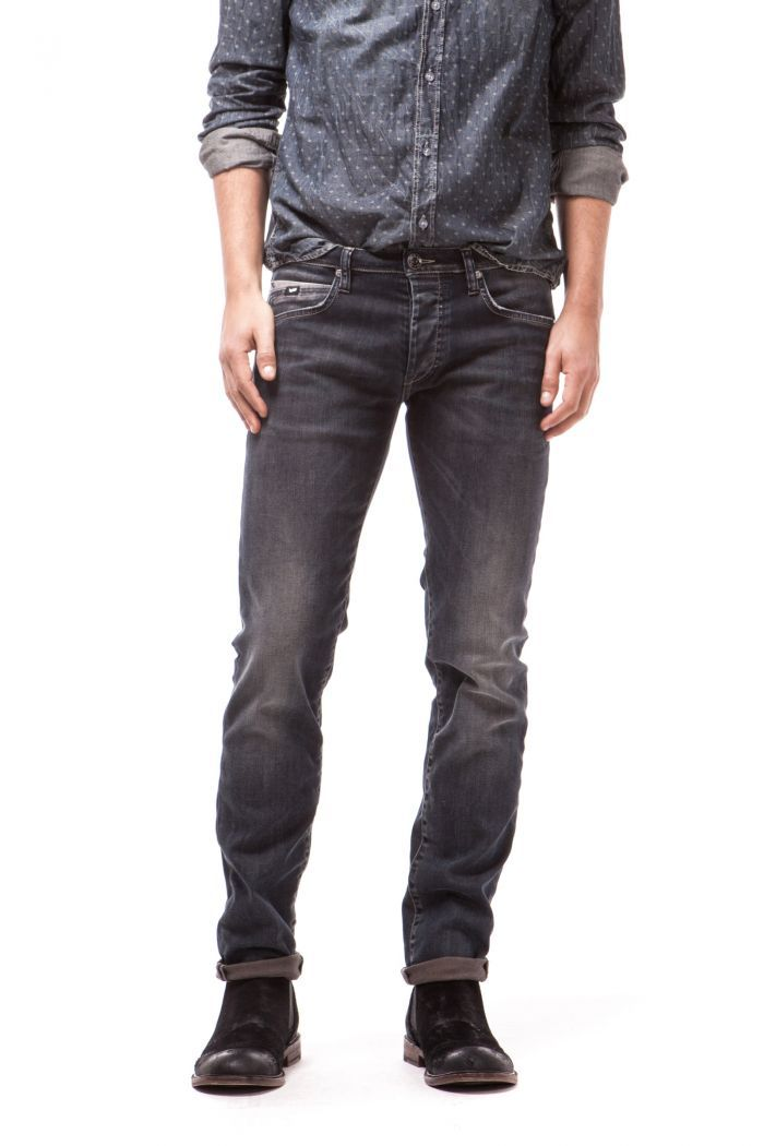Mitch 5-pocket with contrasting details on the back and 5th pocket. Slim fit, straight leg and button fly.
