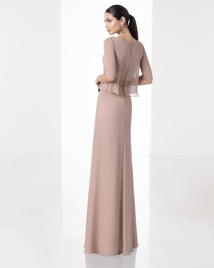 Vestido comprido leve de crepe georgete com corpo ablusado, manga curta e pormenor em brilhantes no decote e na cintura, em cor de pele, prateado e azul-marinho.