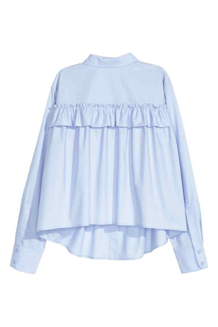 Blouse ample avec volant: Blouse ample en popeline de coton avec bord volanté décoratif dans le dos. Modèle avec poche de poitrine, boutonnage devant et base légèrement arrondie. Manches longues.