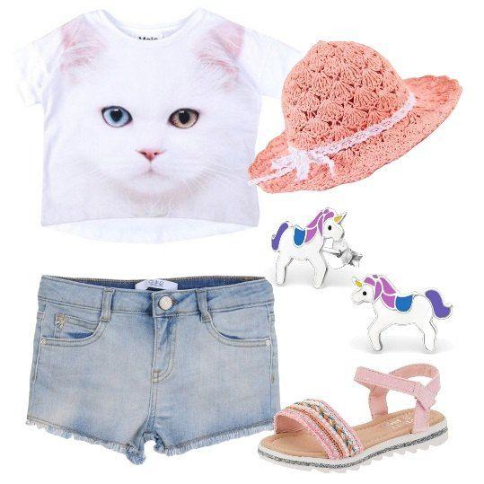 T-shirt in jersey a maniche corte, con stampato un bellissimo gatto, pantaloncini di jeans, sandali rosa con strass e paillettes, cappello di paglia e orecchini con unicorni. Un look perfetto per far stare fresca la vostra bimba mentre gioca.