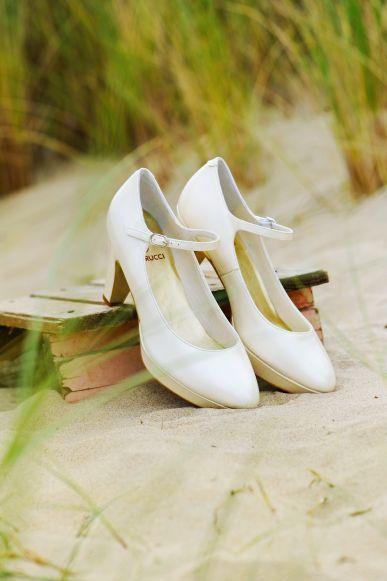 Prachtige leren trouwschoenen voorzien van een plateauzool en een enkelbandje #shoes #elsacolouredshoes #wedding #bride