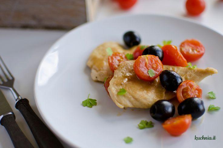 Piersi z kurczaka z pomidorkami koktajlowymi i czarnymi oliwkami