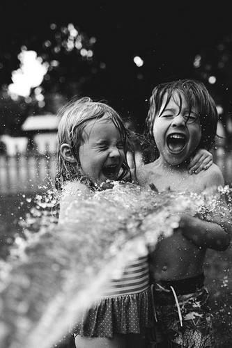 ay cuando uno es ninho lo mejor es mojarse :D