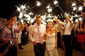 a caminho do corte do bolo, se acontecer á noite, fica linda a ideia dos convidados acenderem foguetes de mao❤️vanuska❤️