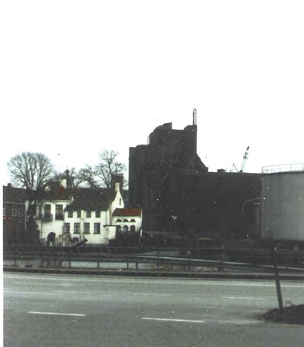 Gistfabriek - Op het einde van de jaren zeventig diende de NG, bij de stad Brugge, een aanvraag tot sloping in. Zoals altijd waren er voor- en tegenstanders. Er werd een comité opgericht omp het gebouw een andere functie te geven, doch niets baatte. Op dinsdag 29 januari 1985 begon men met het slopen van het monument. Zes maanden later was de fabriek nog een puinhoop. De foto's werden genomen tijdens de afbraak van de fabriek.