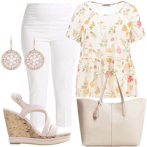 Outfit composto da camicetta color crema a manica corta con scollo tondo e fantasia floreale, pantalone bianco a sigaretta 7/8 a vita alta, borsa modello shopping beige, sandalo zeppa beige, orecchini oro rosa e cristalli.