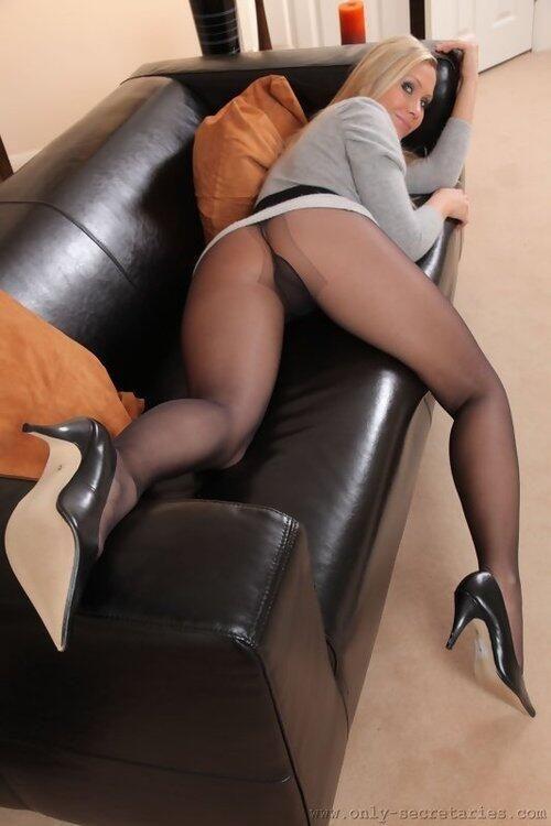 Nude butt dance tube