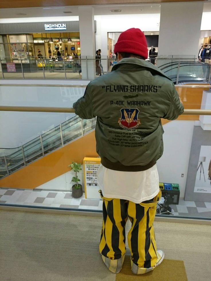 AVIREXEXPOCITY/バーシティーコーチジャケット タイガーシャークス CWUジャケットを使ったコーディネートです!!首元に襟がついているので 綺麗めにもあったりします!!ナイロンで風も通さないですし 下が薄着でも十分暖かいです。 冬の一点には間違いないです!!  モデル : 小谷 身長 : 165cm 着用サイズ : Lサイズ
